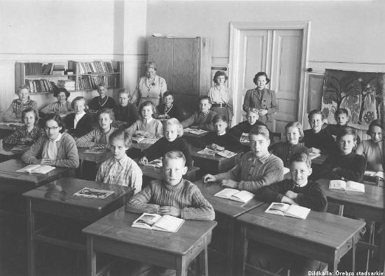 Elever och lärare vid Hagaby skola, klass 6, 1953. Bildkälla: Örebro stadsarkiv/Lindqvist foto.