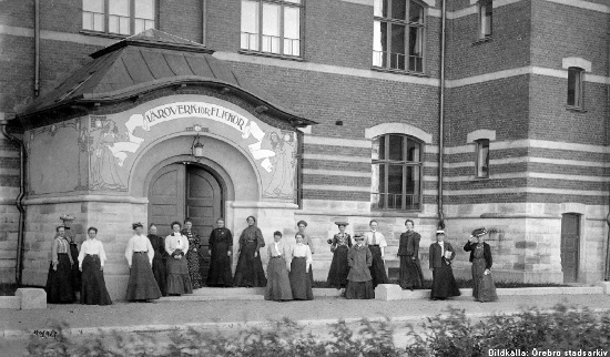 Lrarinnor utanfr Risbergska skolan, ca 1905. Bildklla: rebro stadsarkiv/oknd fotograf